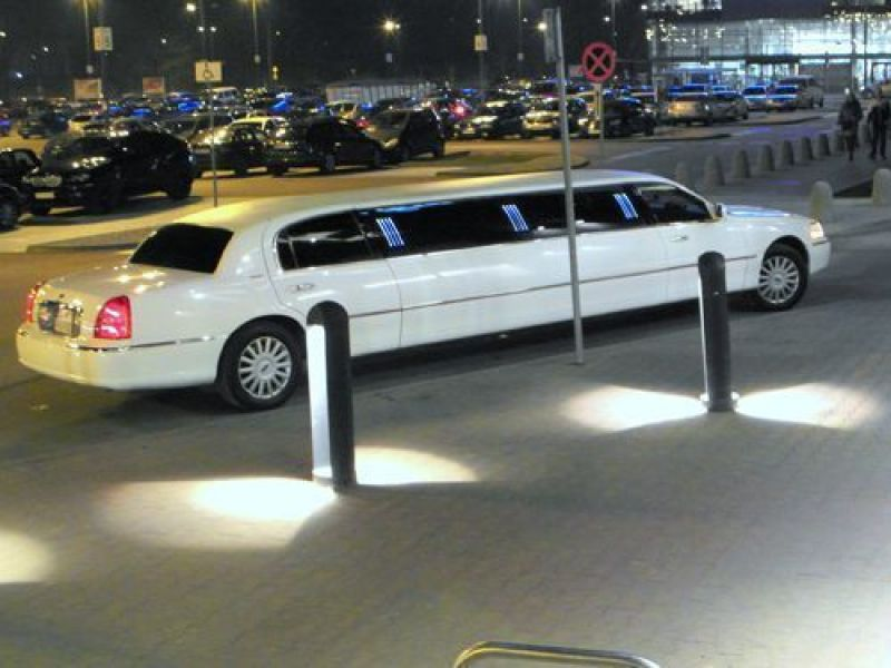 3 limuzyny001 lincoln town car white pearl 120